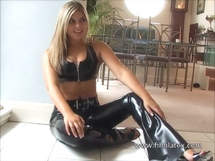 Shiny latex babe Naomis black latex-pants and high heels glamour
