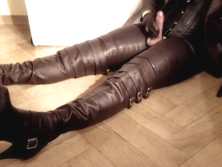 GLOVER1000 - tv milking queen in brown leather